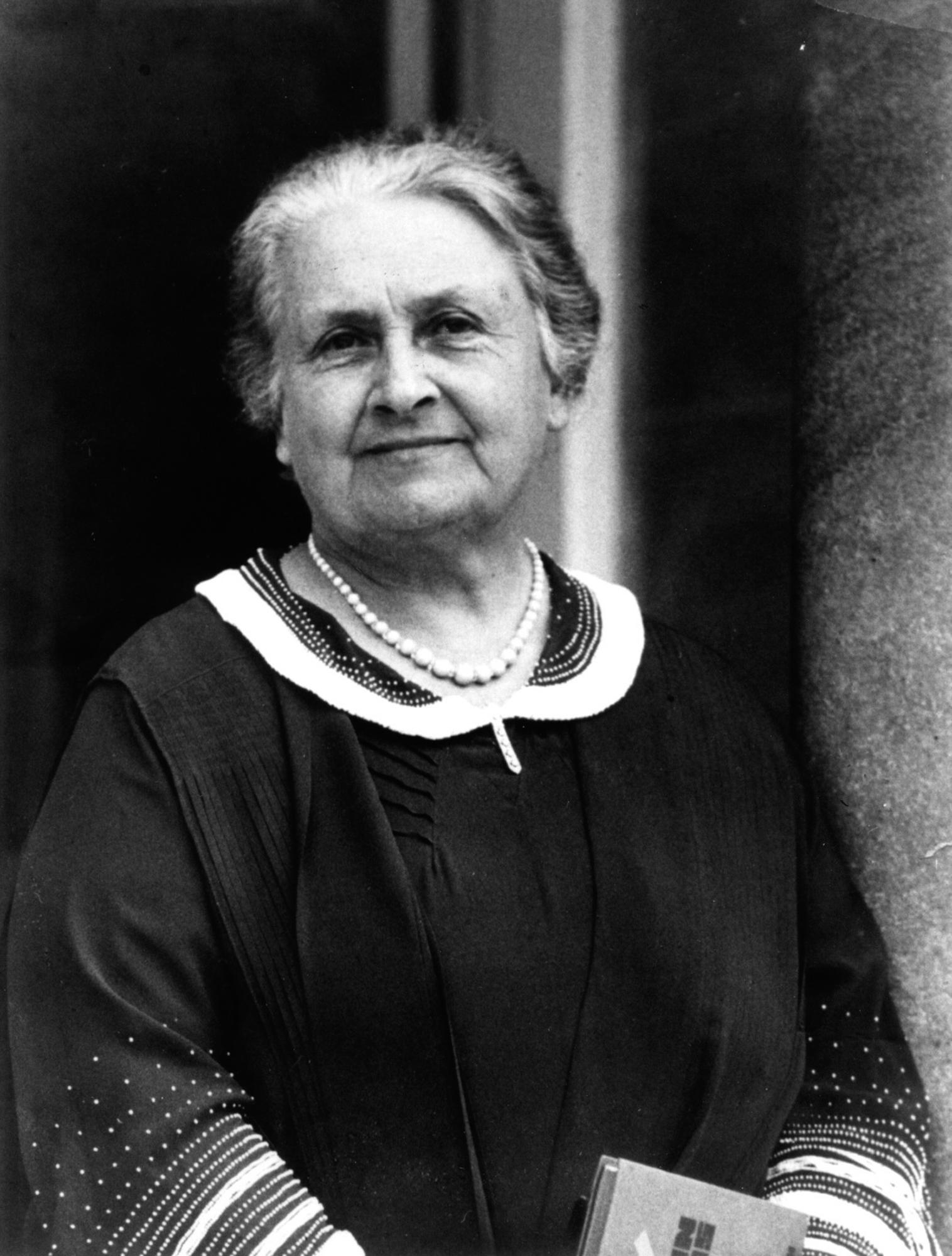 Sort hvitt bilde av Maria Montessori. Foto.