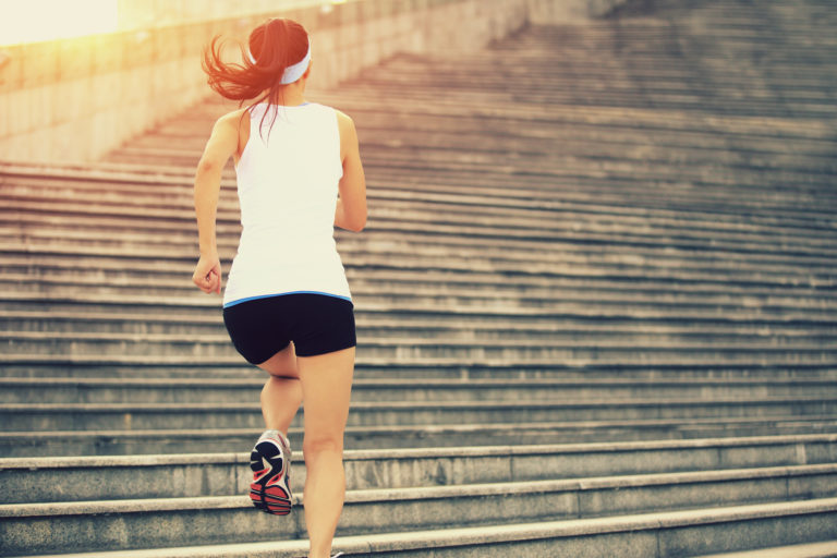 Jente som løpet opp trapp. Foto.