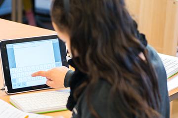 Elev som jobber på iPad. Foto.