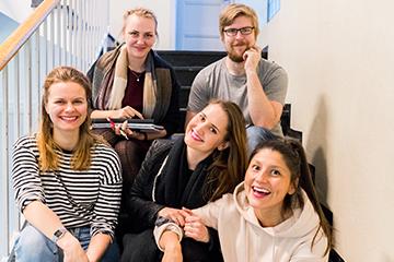 En gruppe lærere i trappen på skolen. Foto.