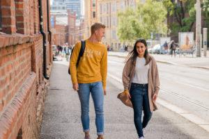 To elever går til skolen. Foto.