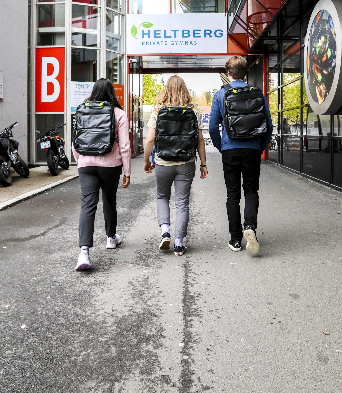 Tre elever som går til skolen på Ullevaal Stadion. Foto.