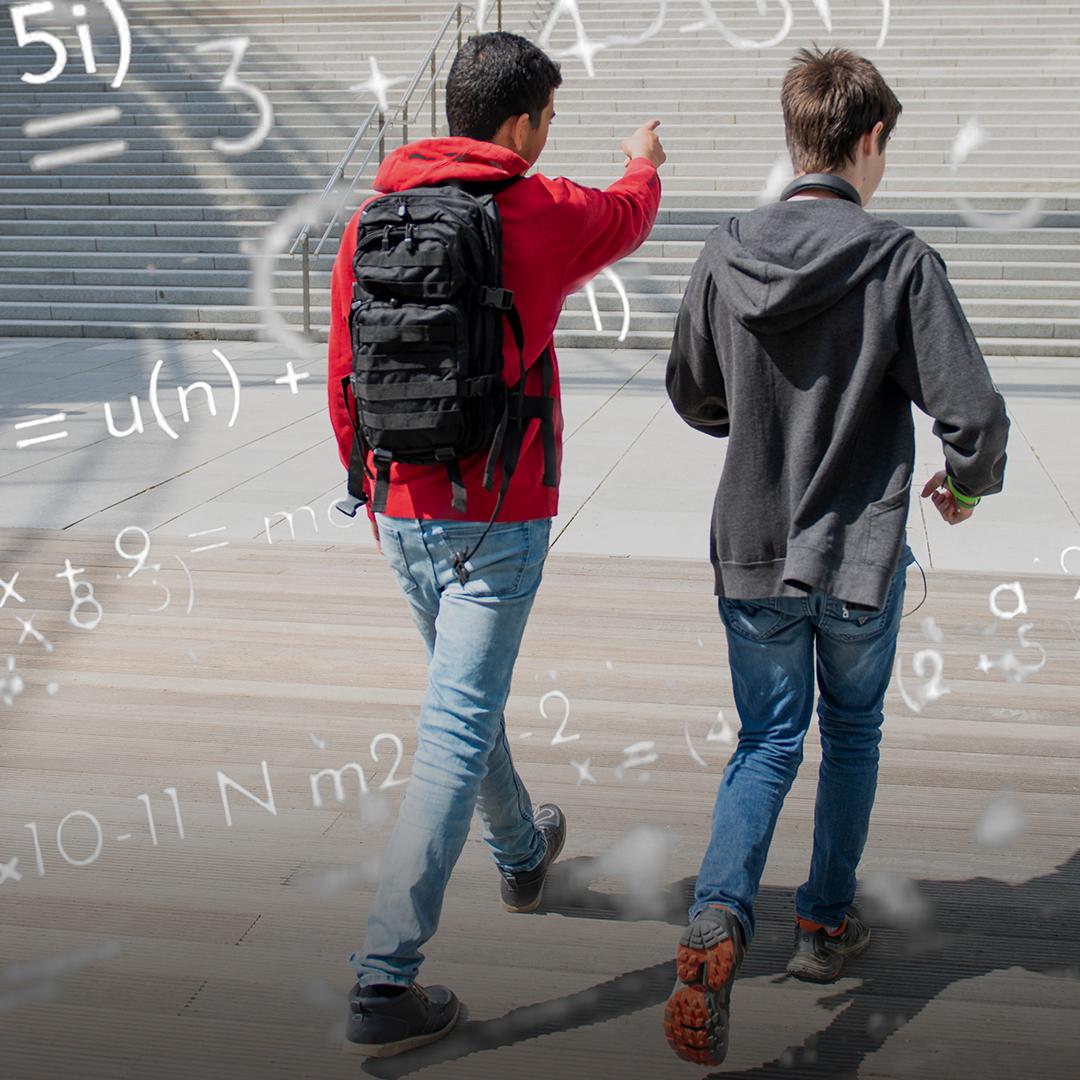 To ungdomsgutter som går sammen. Foto.